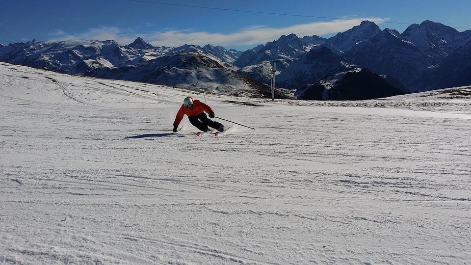 une personne qui descend une piste de ski