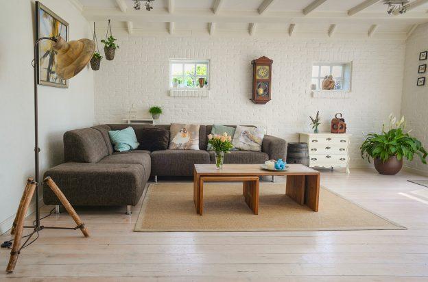 salon avec parquet canapé d'angle table basse
